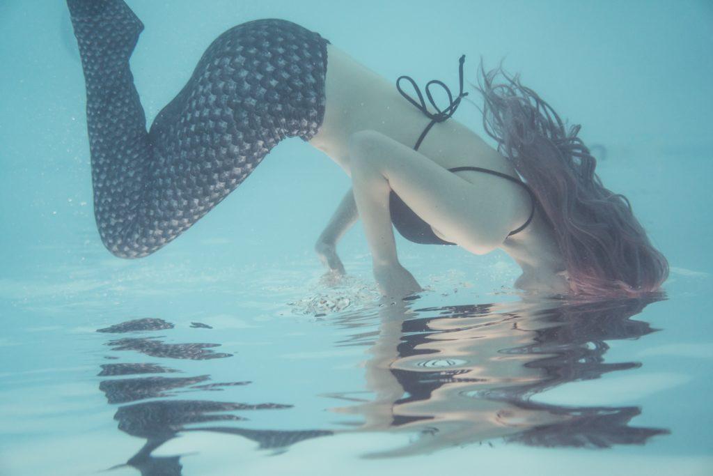 femme costume sirène plongeon